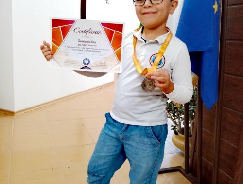 Константин Киров от I A клас със сребърен медал от състезанието Математика без граници